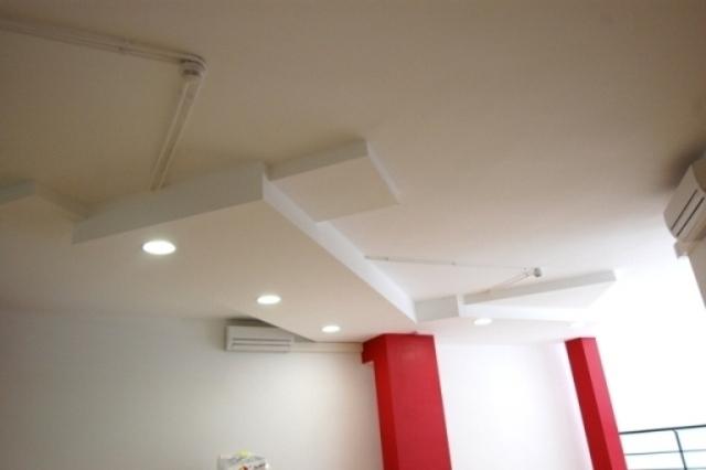 In&Office, empresa especializada en la reforma de oficinas en Barcelona. Detalle del paso de instalaciones.