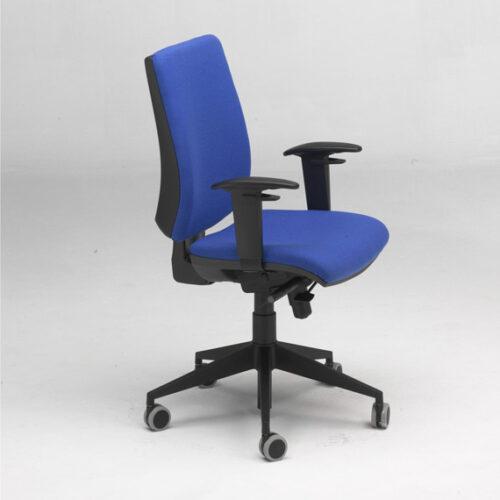 In&Office, empresa especialista en la reforma de oficinas en Barcelona y mobiliario de oficina. Silla giratoria oficina color añil.