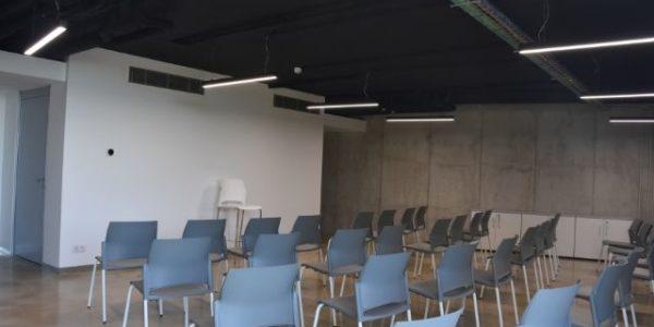 empresa-reforma-oficinas-barcelona-interioristas-in-and-office-sala-polivalente-3