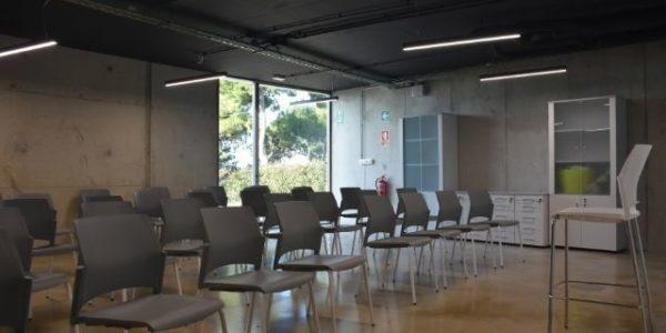 empresa-reforma-oficinas-barcelona-interioristas-in-and-office-sala-polivalente-4